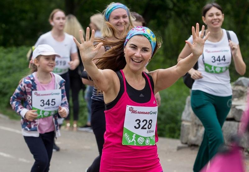 В Омске более 300 девушек вышли на старт Цветочного забега
