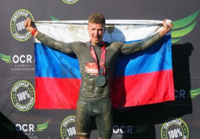Российские спортсмены на пьедестале чемпионата мира по экстремальным гонкам с препятствиями