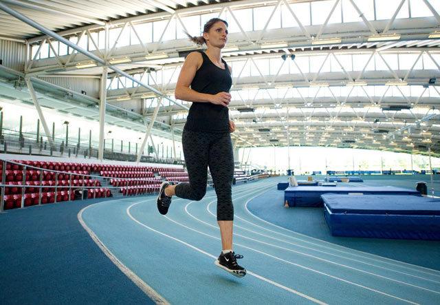 Бег в манеже: 6 основных тренировок, которые сделают вас быстрее