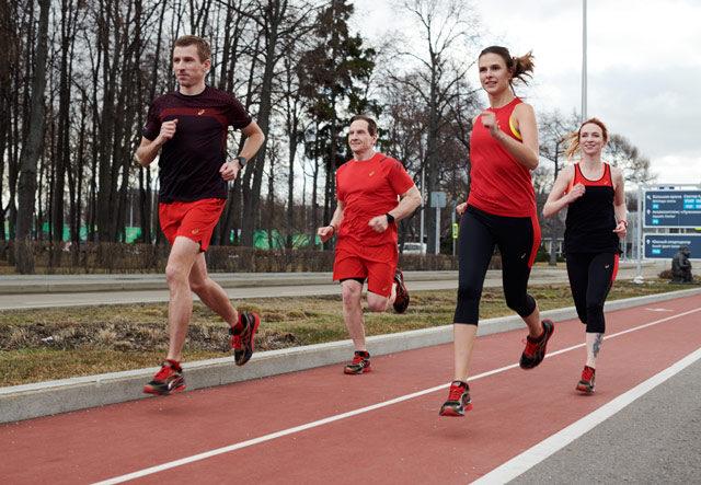 Спортивный бренд Asics совместно с «Абсолют Московский марафон» запустил в апреле челлендж «Беги и побеждай»,