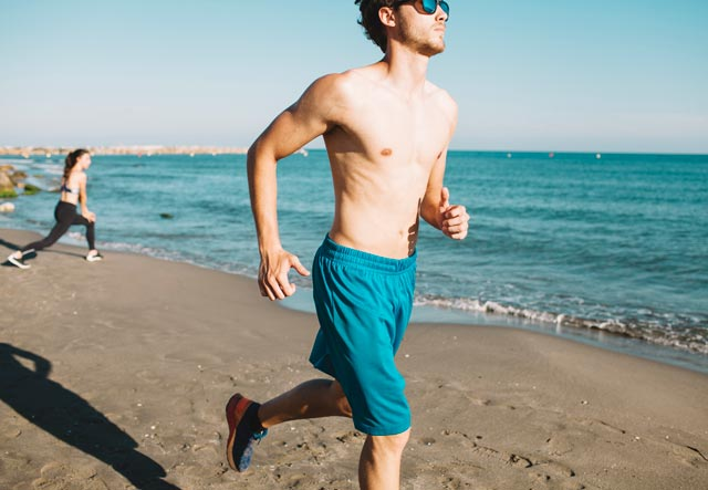В чём бегать летом: 7 правил выбора одежды для пробежки