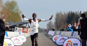 Элиуд Кипчоге одержал победу в марафоне NN Mission в Нидерландах