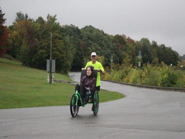 Ультрамарафонец установил рекорд Гиннеса в суточном беге, толкая инвалидную коляску